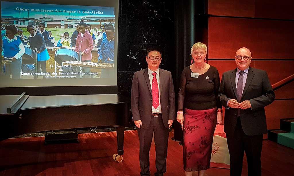 Gabriele Paqué mit Konsul der VR China He Wenbo und mit Bürgermeister Reinhard Limbach