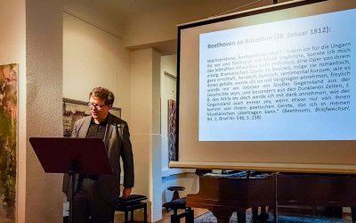 Update 01.03.2020 – Fotos vom KONZERT: Dr. Axel Schröter (Lesung) und Yizhuo Meng (Klavier): Musikalischer Vortrag über den Einfluss August von Kotzebues auf das Werk von L. v. Beethoven