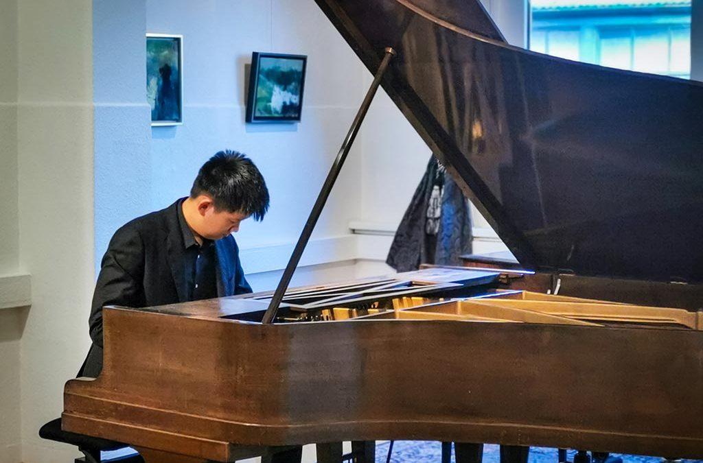 Update 14.09.2020 – Fotos vom KONZERT: DongYang Xing spielt zum Auftakt der Vernissage von Wilhelm Frosting Werke von F. Chopin