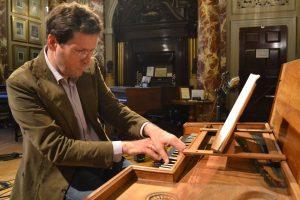 Foto von Menno van Delft am Instrument